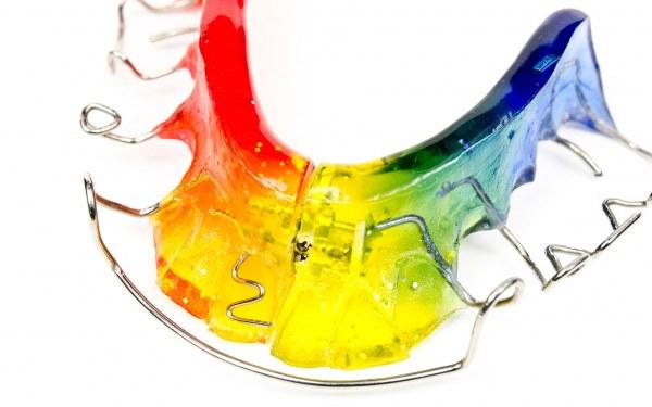 Ortodoncia de colores. Sonríe, tu clínica dental en Barcelona
