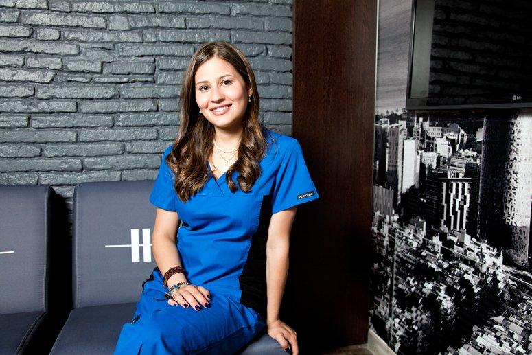 DRA. ADRIANA CASTEJÓN especialista en implantología en Sonríe, tu clínica dental en Barcelona
