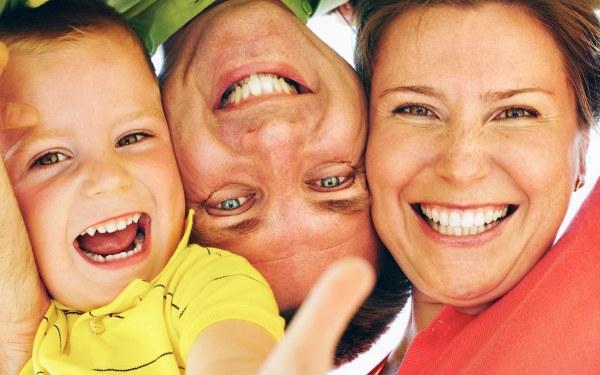 la familia que sonríe es una familia contenta. Sonríe tu clínica dental en Barcelona